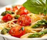 Pasta con asparagi, pomodorini e pancetta