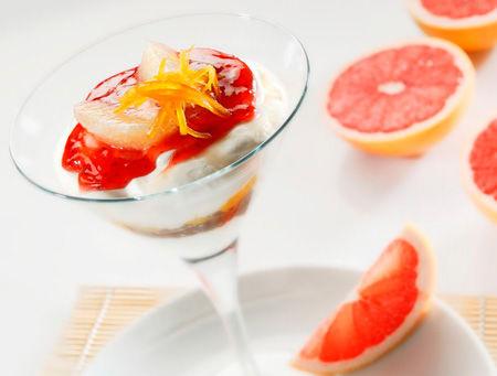 Bicchierino alla mousse di yogurt greco, pompelmo, pesca caramellata e coulis di fragole