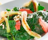 Insalatina di spinaci, cipollotti, mandorle, pompelmo e salsa di soia
