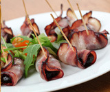 Involtini di prugne e bacon