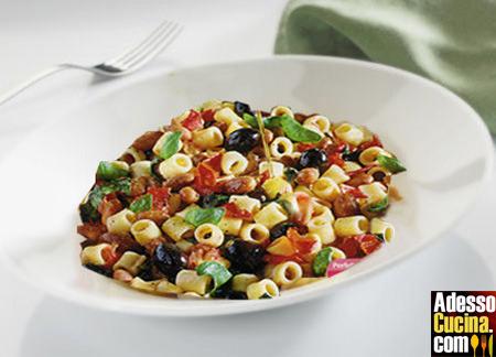 Pasta con fagioli borlotti e olive nere