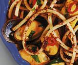 Spaghetti cozze, paté di olive  e peperoncini