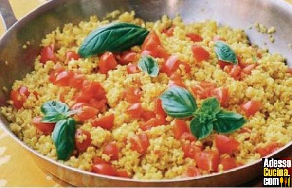 Insalata di bulgur allo zafferano con pomodorini di pachino e basilico fresco