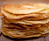Terrina di formaggio fresco in mantello di Crêpes e pomodori al balsamico