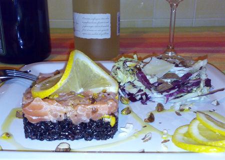 Tartare di salmone e pistacchi su riso Venere  con insalatina alle mandorle e parmigiano - Ricetta