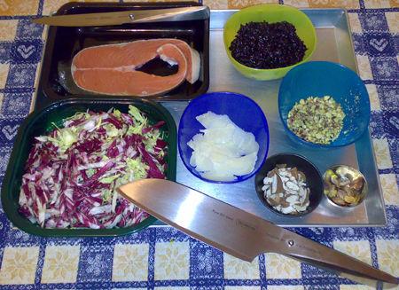 Tartare di salmone e pistacchi su riso Venere  con insalatina alle mandorle e parmigiano