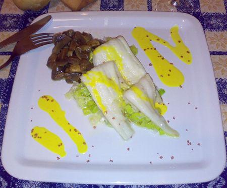 Filetti di sogliola su letti di porri e champignons e salsa allo zafferano - Ricetta