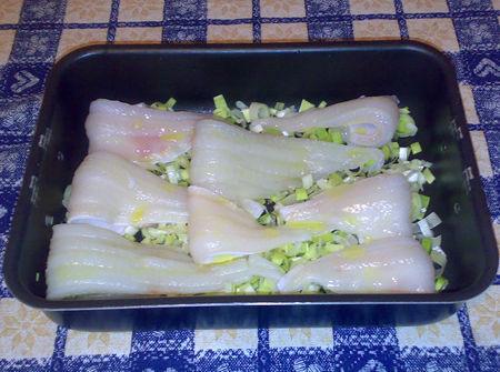 Filetti di sogliola su letti di porri e champignons e salsa allo zafferano