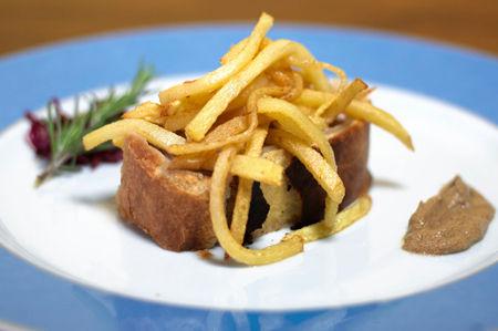 Filetto di maiale in crosta con trevigiana e senape e stik di patate