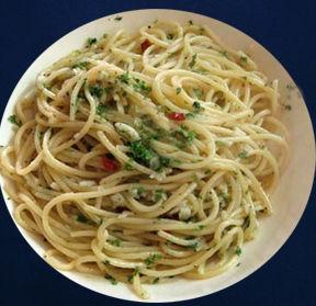 Spaghetti aglio, olio, peperoncino e noci
