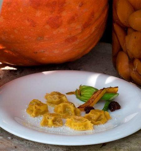 Tortelli di zucca con mostarda senapata di mele cotogne