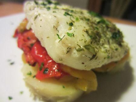 Filetti di merluzzo su un letto di peperoni e patate