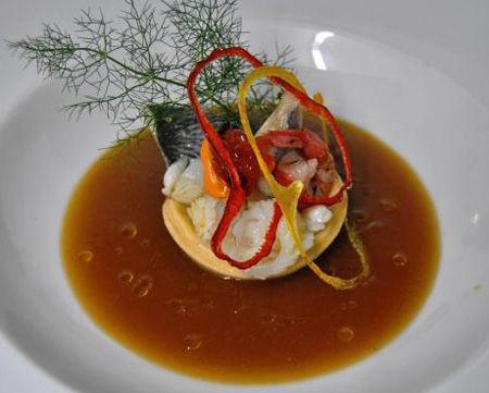 """Crostatina di grano ai frutti di mare del """"Mediterraneo"""" con guazzetto di crostacei"""