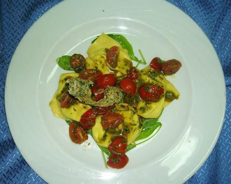 Ravioli di mozzarella di bufala con pomodorini ciliegino e basilico