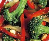Insalata di broccoli e pannocchiette con mandorle e semi di sesamo