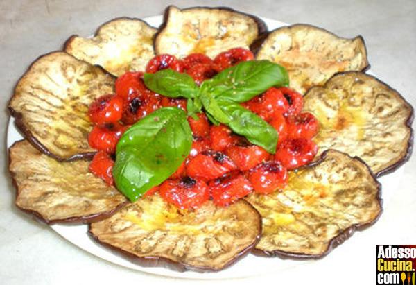 Fiore di melanzane e ciliegini grigliati