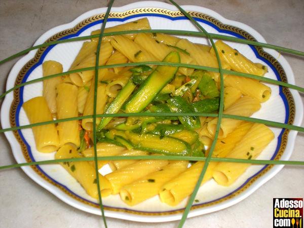 Rigatoni con zucchine e fiori in giallo