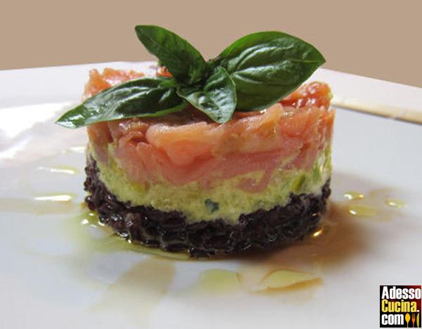 Torretta di riso venere con tartare di salmone