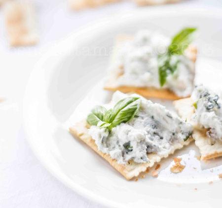 Cracker con ricotta aromatizzata alla erbe