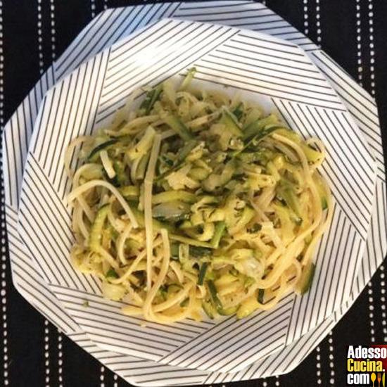 Linguine con zucchine al timo e limone