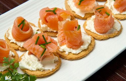 Tartine al salmone e formaggio