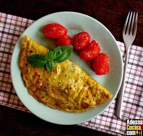 Omelette al formaggio con pomodori e cipolle arrostiti