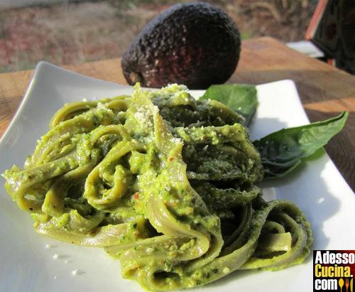 Tagliolini di spinaci con avocado