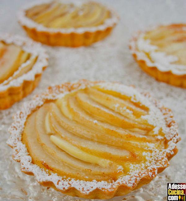 Tartellette alle pere con zucchero semolato