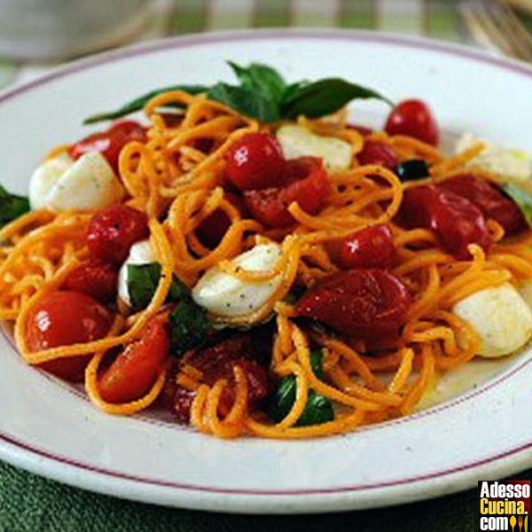 Spaghetti con tonno, acciughe e olive nere