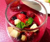 Frutti di bosco al vino con foglie di menta