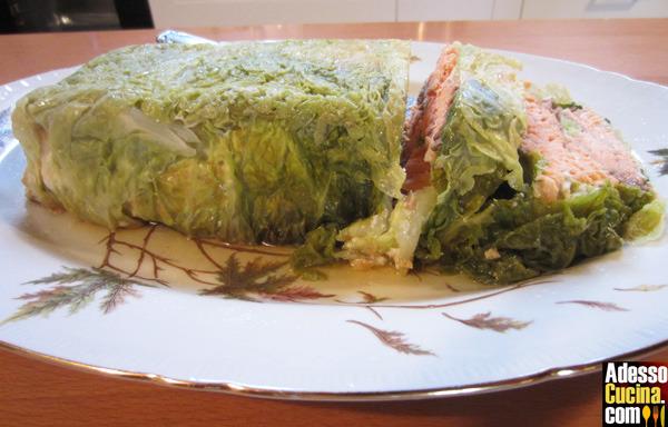 Terrina di verza con ripieno di salmone con salsa al curry