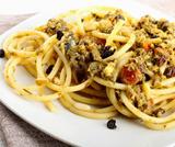 Bucatini con pangrattato, acciughe e olive