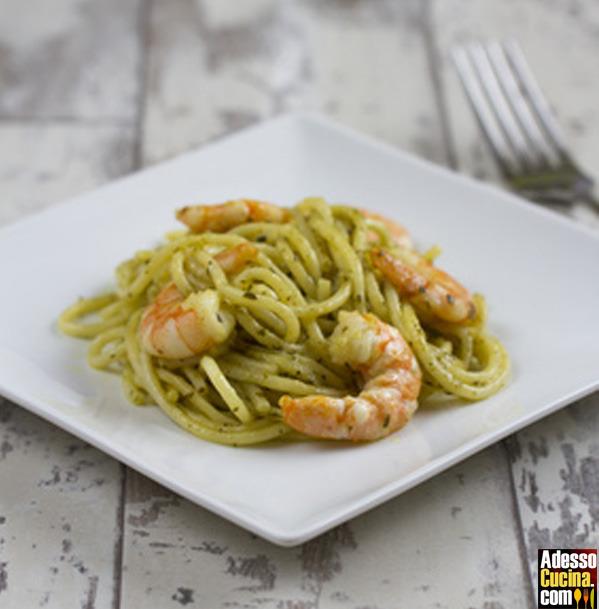 Spaghetti al pesto con gamberi e mandorle