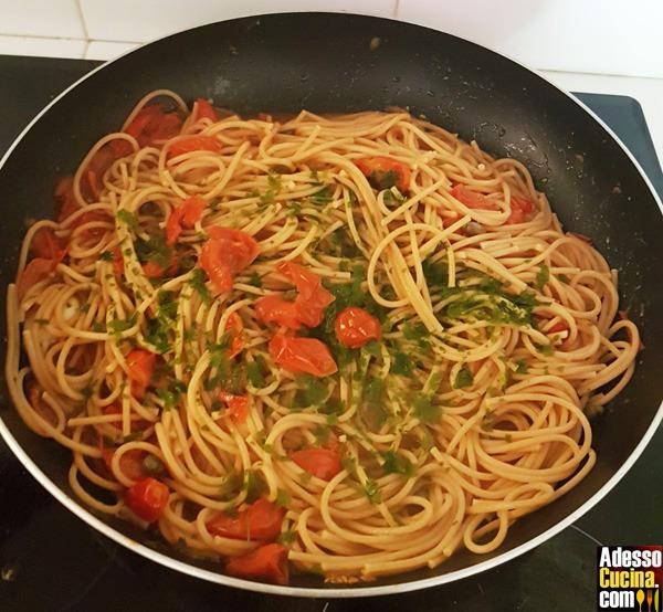 Spaghetti con acciughe e pomodorini