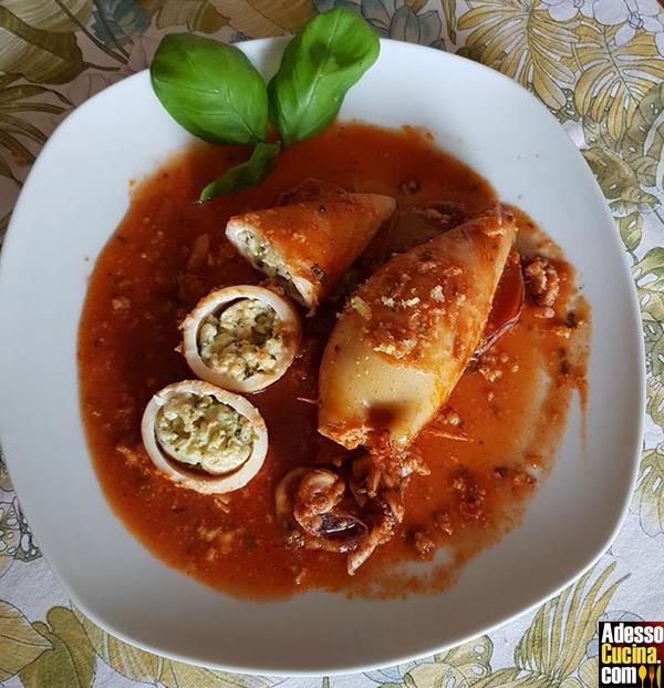 Calamari ripieni di pane, pecorino e uovo in rosso