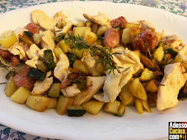 Padellata pollo, salsiccia, zucchine e patate