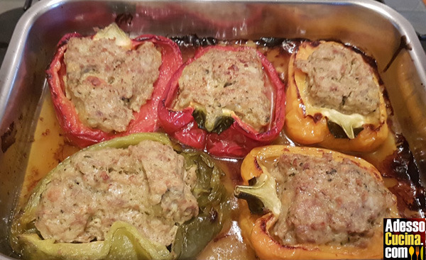 Peperoni ripieni carne e salsiccia